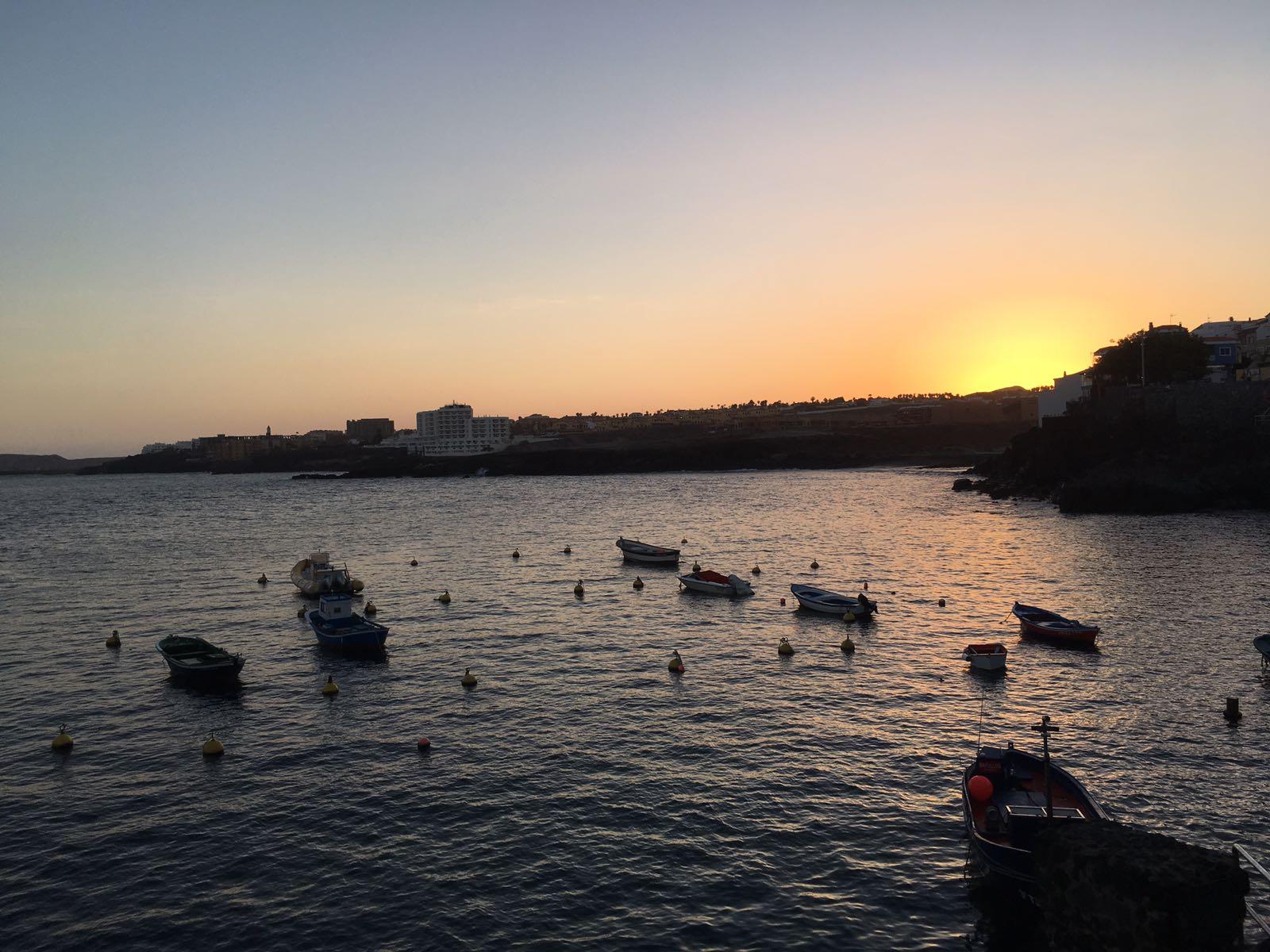 den Sonnenuntergang direkt am Meer beobachten oder von der Dachterrasse aus