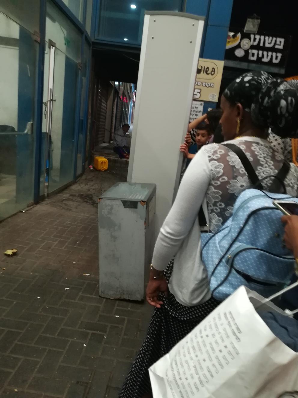 Der Eingang zur Central Bus Station. Noch geschlossen am Ende des Shabat. Gleich müssen alle durch die Kontrolltore. und wir reihen uns alle brav ein.  Ich fahre nach Hause- nach Haifa.