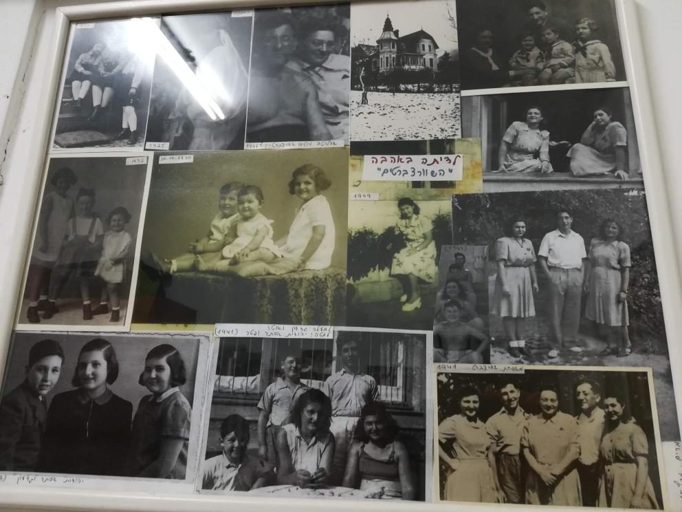 Die wenigen erhalten gebliebenen Fotos an der Wand bei Judith. Die Familie, aus der sie stammt, gibt es nicht mehr.