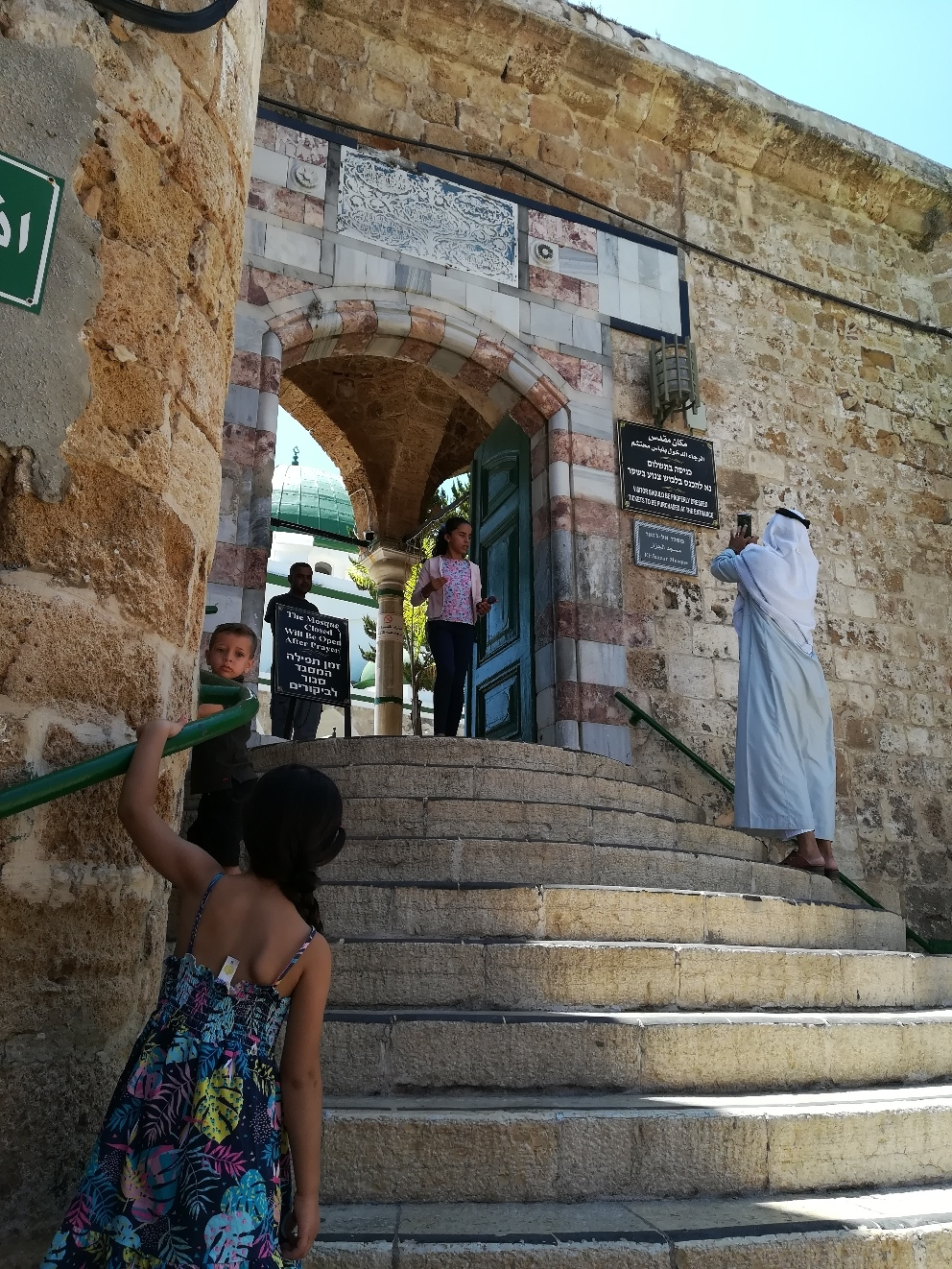 Der Eingang zur Al- Jazar Moschee wird auch von beindruckten Gläubigen  per Kamera erklommen