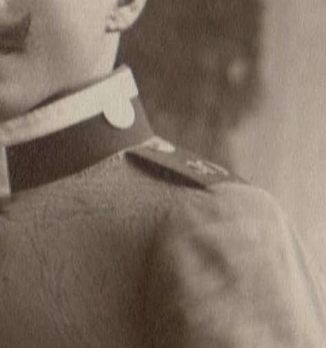 Ernst Steinkamp (1876-1964), Uniform in der Mitte, Detail