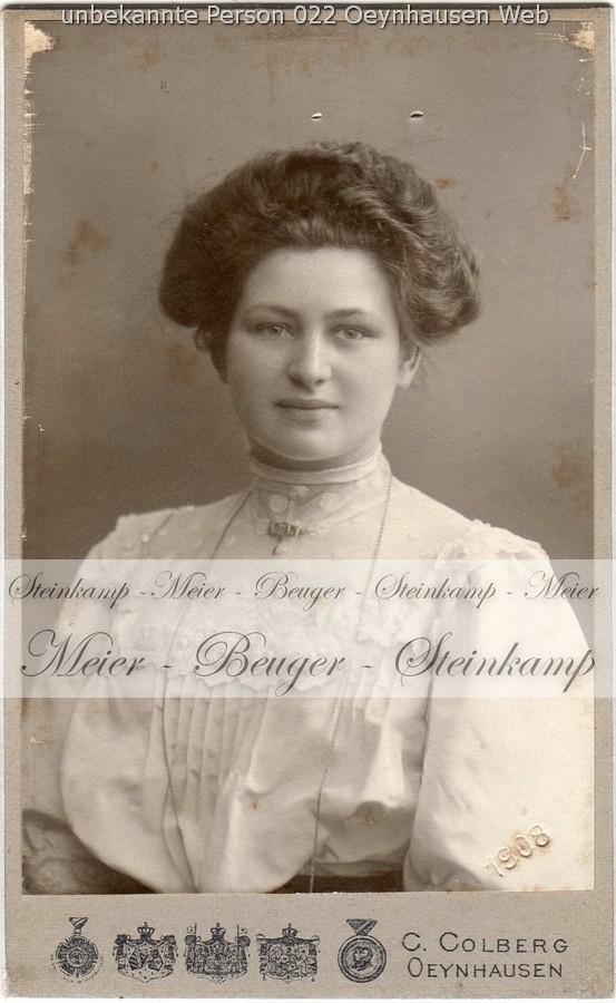 022: Junge Frau mit Brosche. Ort d. Aufnahme: Bad Oeynhausen