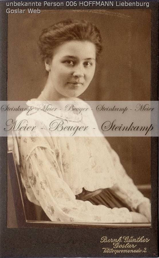 006: Junge Frau mit gemusterter Bluse. Ort der Aufnahme: Goslar