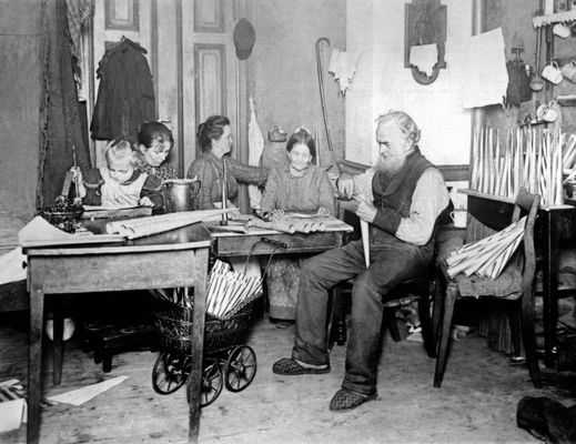 Arbeiten, Kochen, Schlafen in einem Raum, Familie um 1900 in Deutschland; Quelle: https://upload.wikimedia.org/wikipedia/commons/2/24/Familie_um_1900.jpg