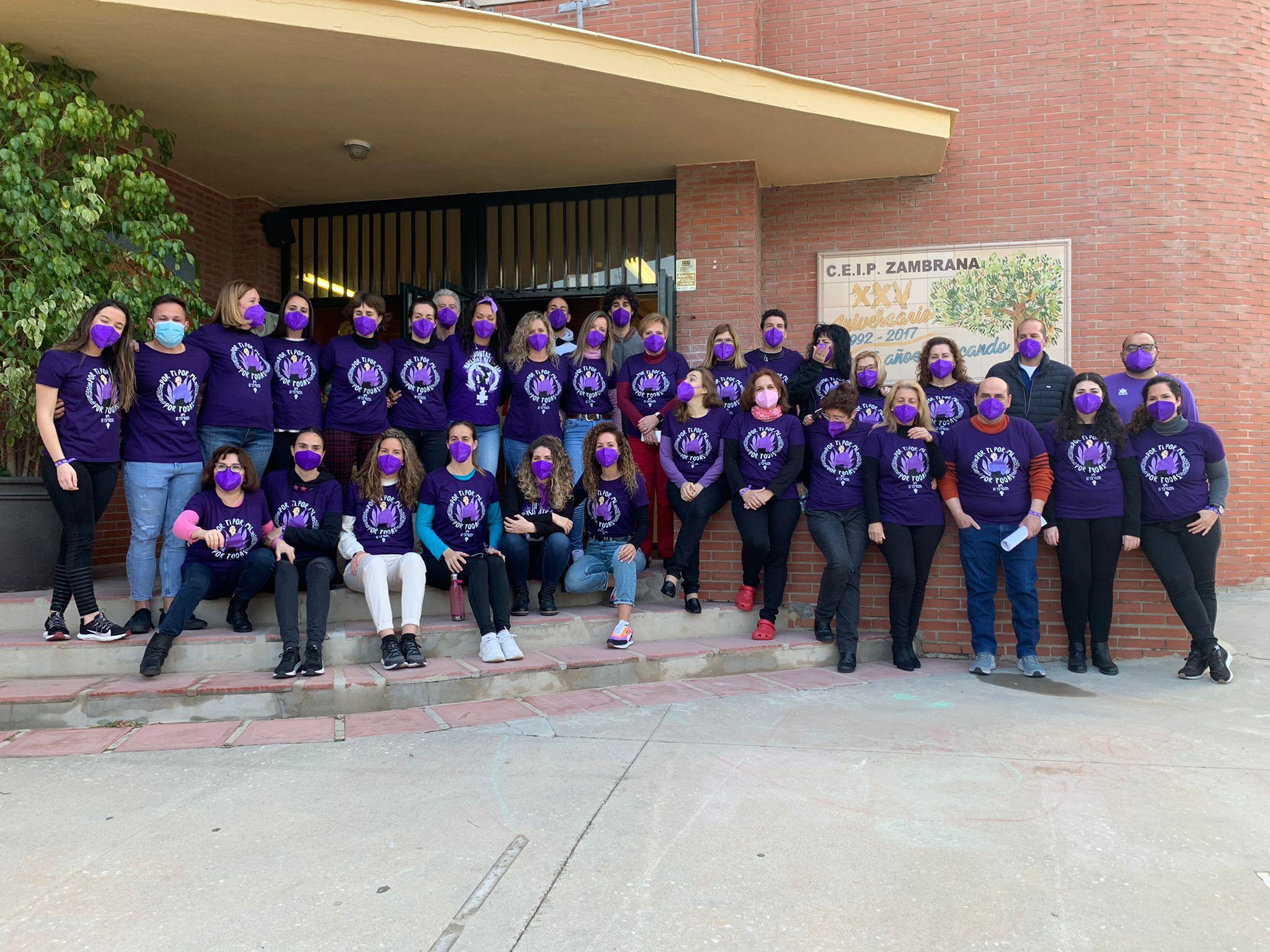 """Todo el profesorado se puso la camiseta morada con el emblema """"Por mí, por tí, por todas"""" para celebrar dicho día"""