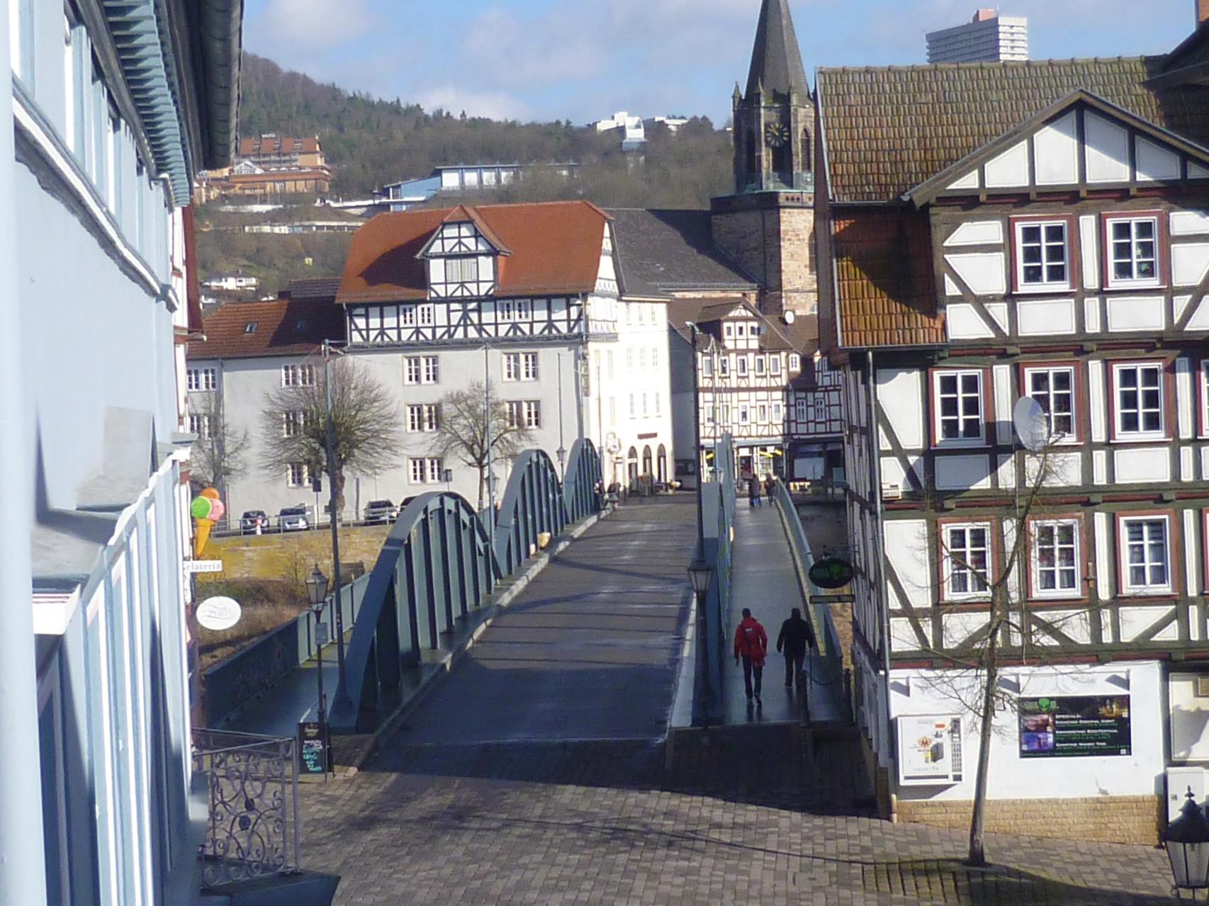 Blick aus einem Zimmer auf die alte Fuldabrücke