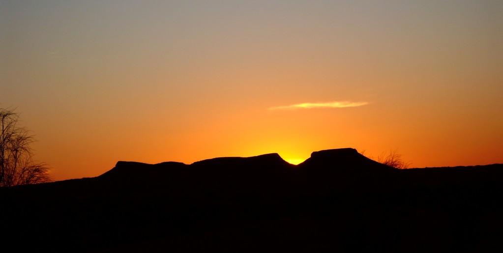 Sonnenuntergang hinter dem Berg