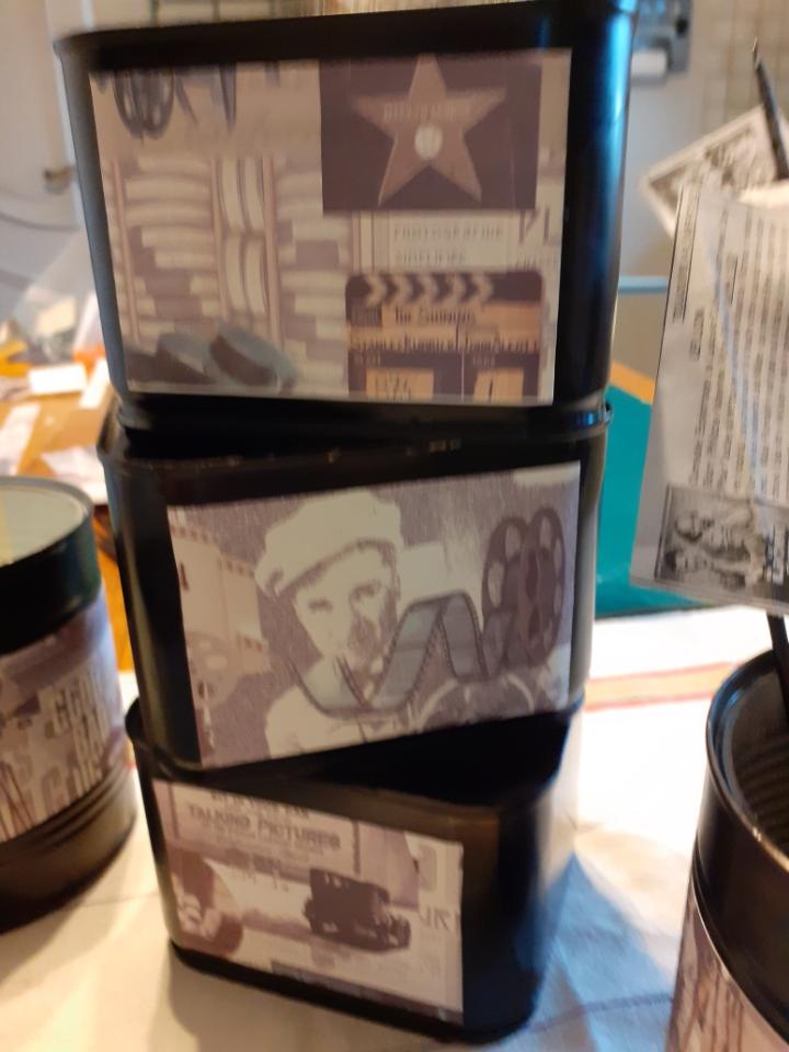 Françoise Lemouton a terminé ses boîtes peintes et recouvertes de bandes de papier décoratif sur le thème du cinéma.