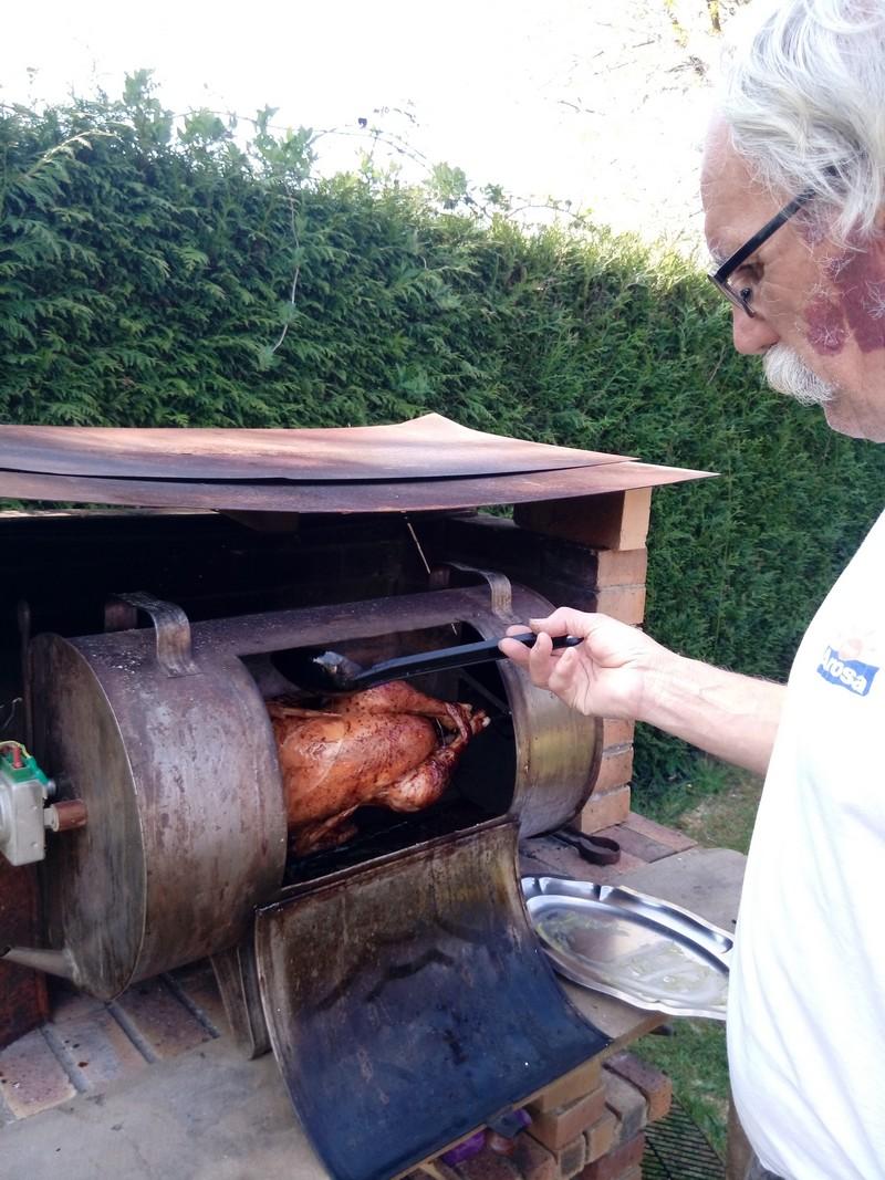 Nicole et Jean Marie Jéhan prépare un repas biologique entièrement fait maison: Un poulet cuit à la broche et au barbecue.