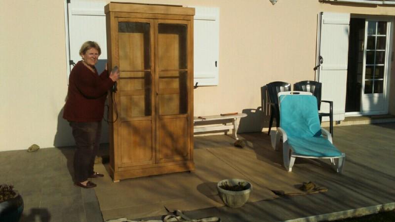 Isabelle Galleteau rénove un meuble.