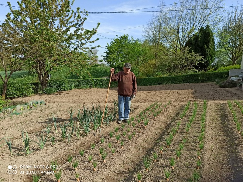 Roger Gaillard dans son jardin.