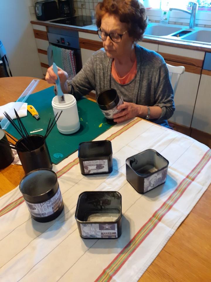 Françoise Lemouton utilise des boîtes de conserve pour fabriquer des pots de fleurs pour l'anniversaire de sa nièce.