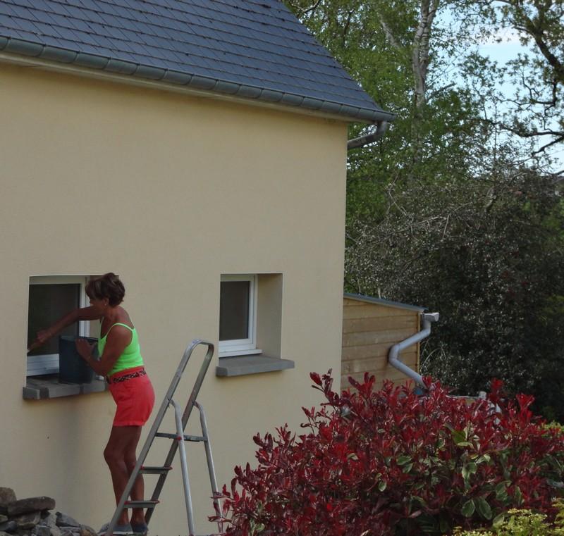 Dominique Blanchet nettoie les fenêtres.