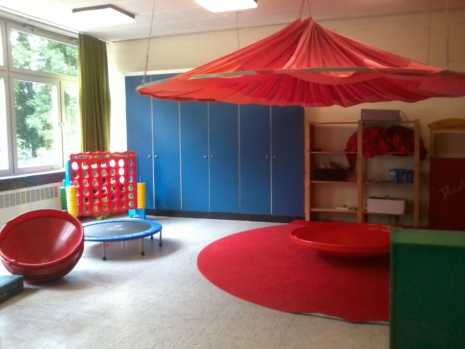 """Aktivraum - Dieser große Raum, den wir uns mit der Randstunde teilen, wird gerne von den Kindern für Rollenspiele und einfach mal """"toben"""" genutzt."""