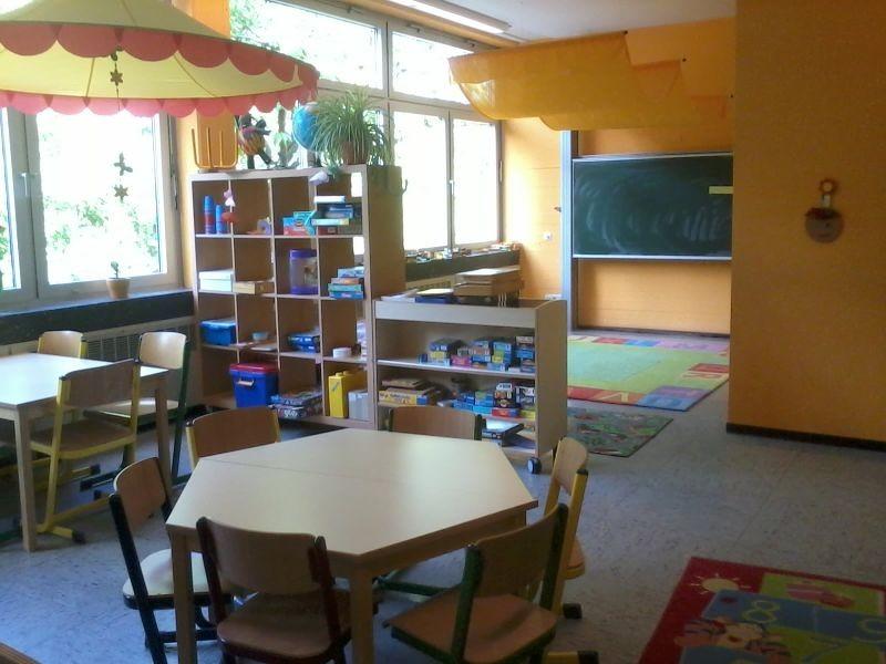 Spieleraum und Legoteppich - Gesellschaftsspiele für jede Altersgruppe können an den Tischen gespielt werden. Auf dem Legoteppich wird Phantasie und Kreativtät ausgeübt.
