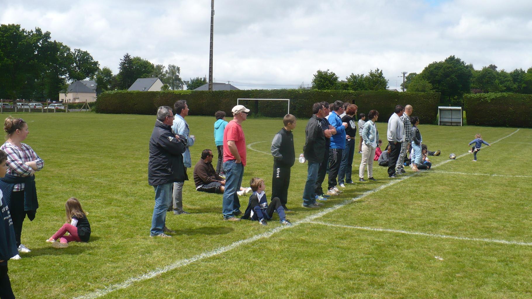 Les parents très attentifs au déroulement du match ...