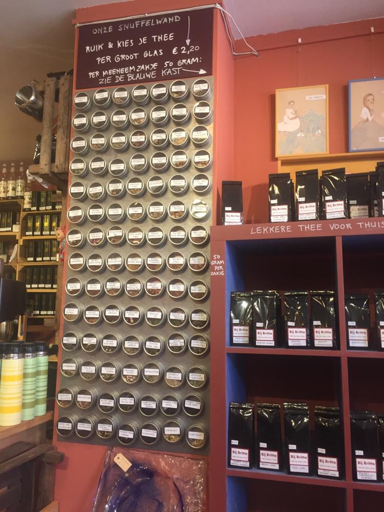 Snuffelwand met 98 soorten thee!