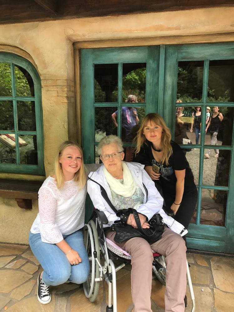 Met oma en mijn zusje
