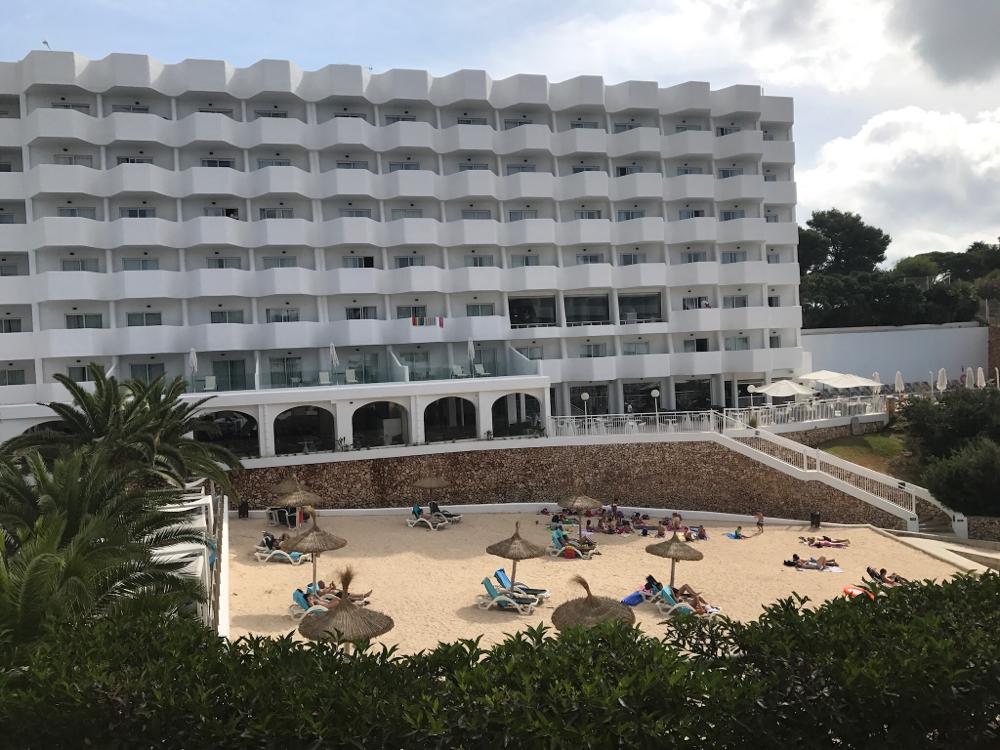 Het hotel lag aan een strandje