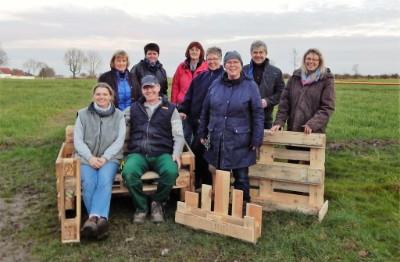 Bosauer Landfrauen basteln mit Schwingschleifer