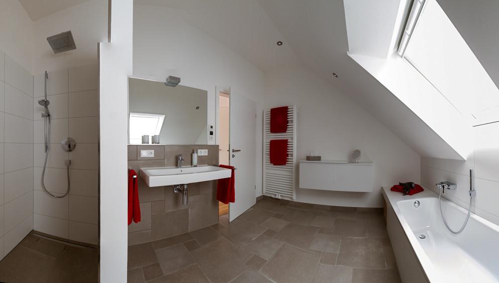 Badezimmer mit Badschrank