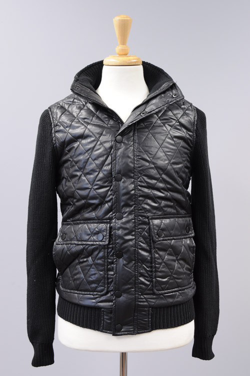 Cavalini/Cisono  MEJK101  This JR men's jacket offers a quilted body with contrast knit sleeves. 4 waist pockets and ribbed waist.   100% Polyester Stock Availability: In Stock PRICE  €120.00
