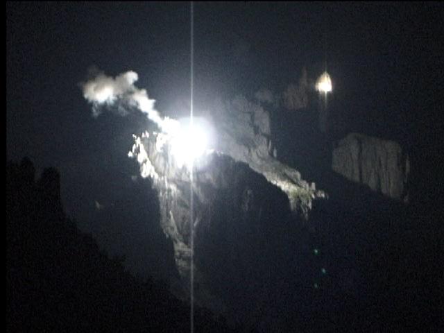 Ein Feuer auf der Stogglochwand, ein zweites auf der Bösen Nase höher und ausgesetzter gelegen! Foto: Peider C. Jenny, 2004