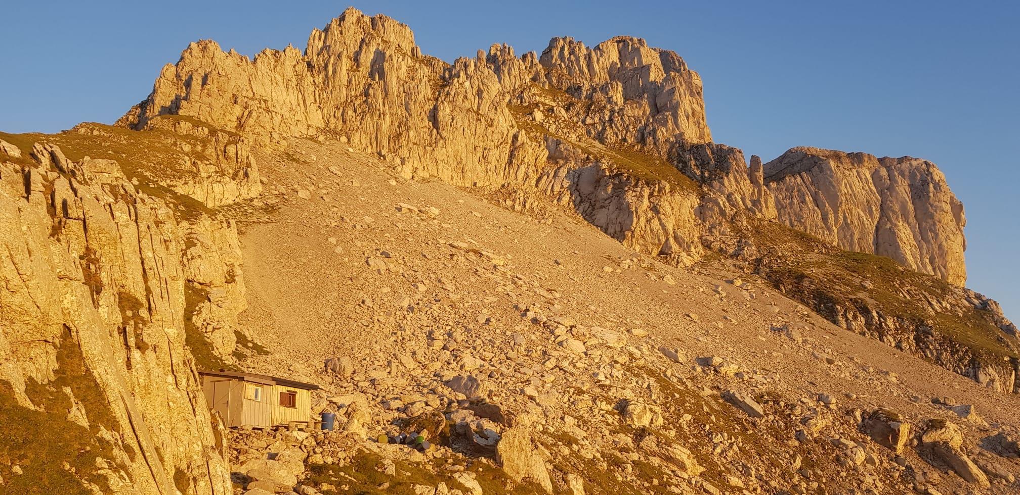 Das Geröllfeld auf der Stogglochwand mit Schutzhüttli links (Foto Res Menzi)
