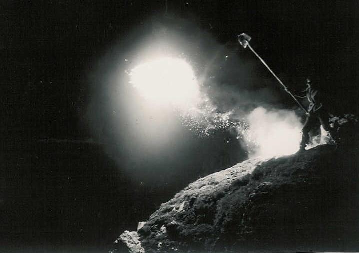 Glühende Magnesiaspäne werden mit verlängerten Schaufeln über die Stogglochwand hinunter befördert, Bild Andreas Menzi-Strickler