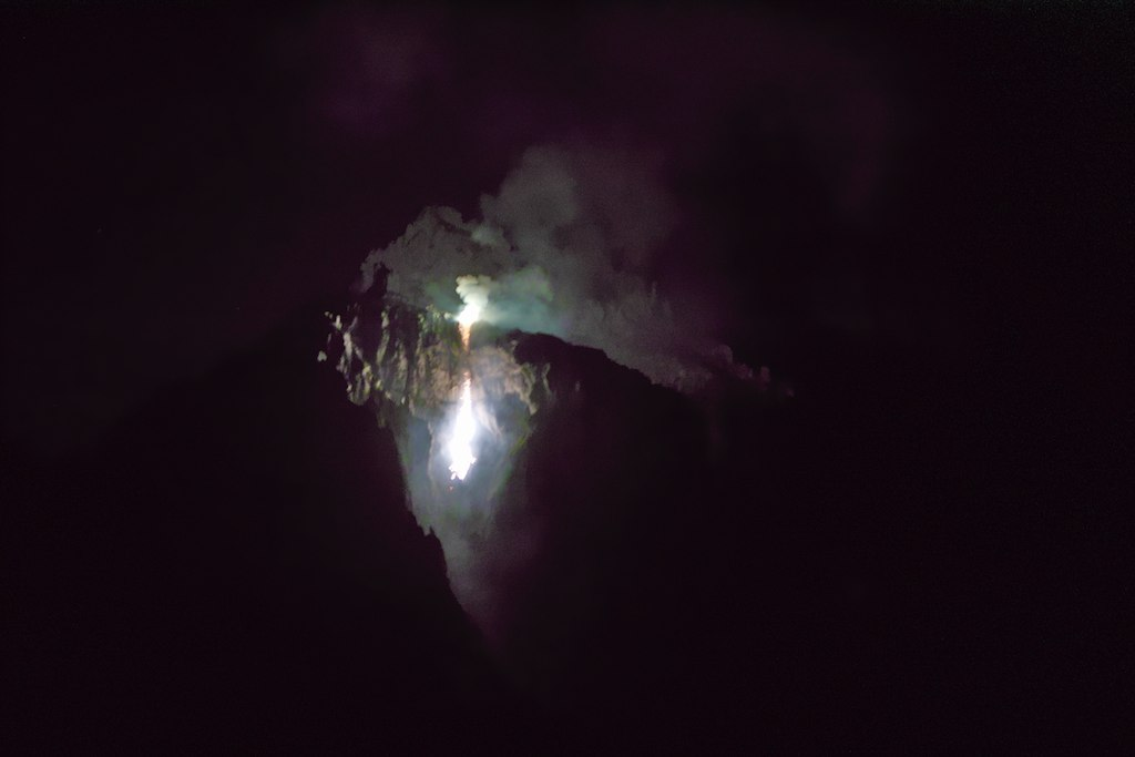 das beleuchtete Felsmassiv