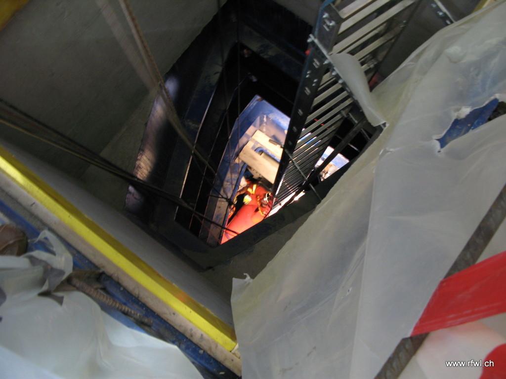 Blick in Einstiegschacht unten orange ist die Rettungswanne