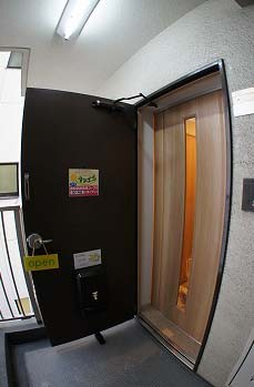 タンポポの入口です。引き戸をお開けください