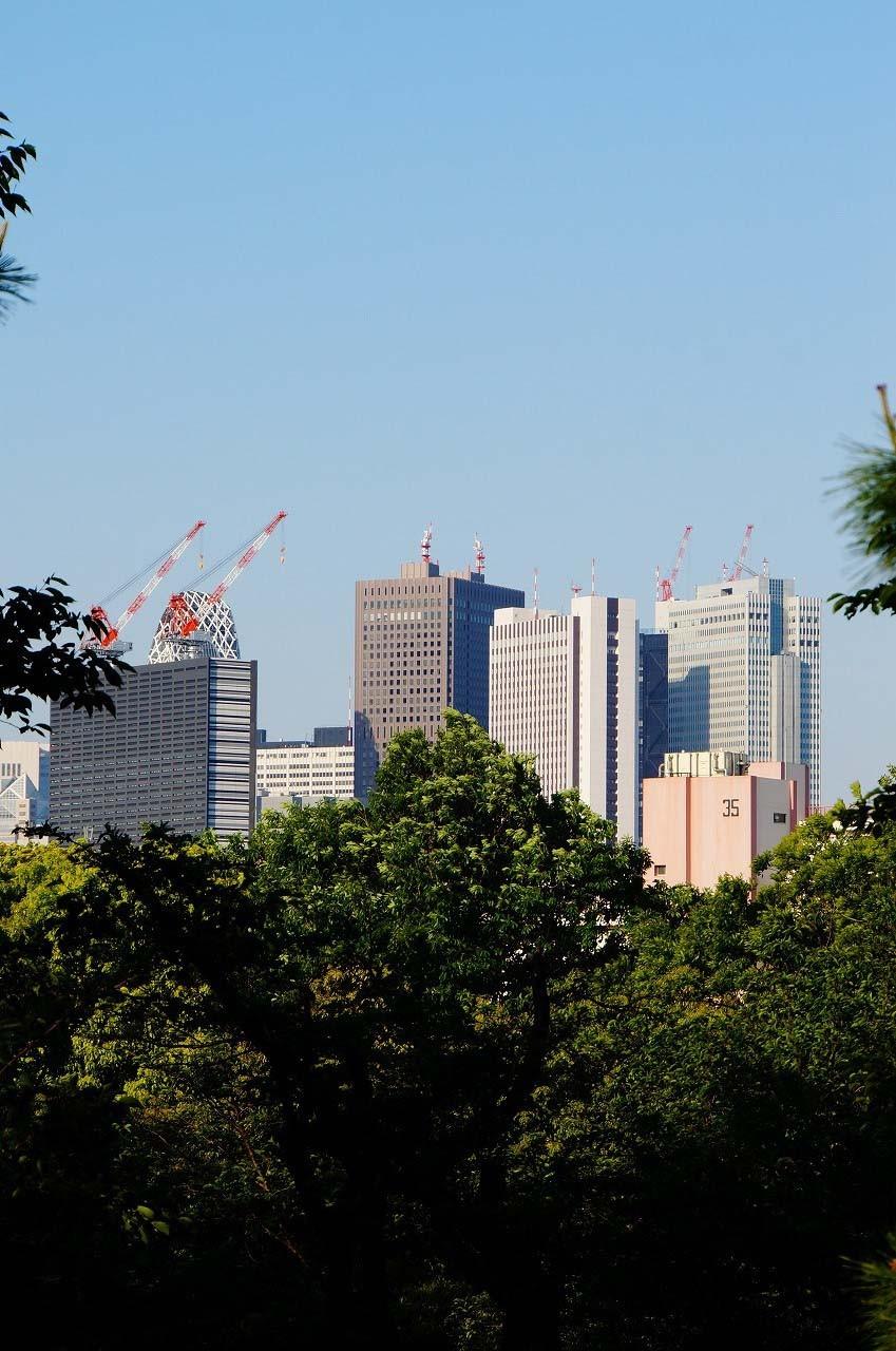 右の黒い建設中の建物が新しい「新宿コマ劇場」みたい