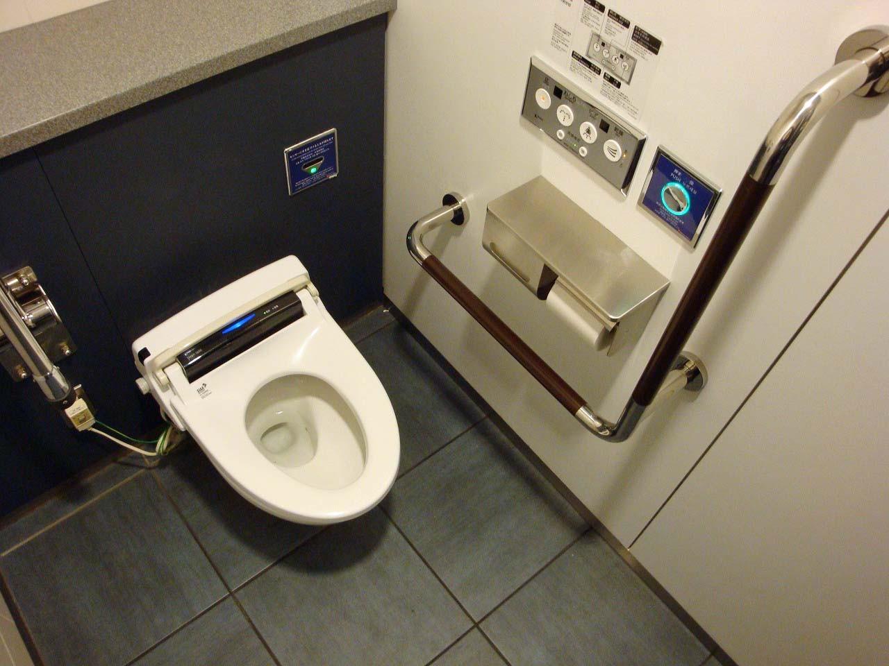 お手洗いもすごく広いんだぁ。(゜∀゜)しちゃった