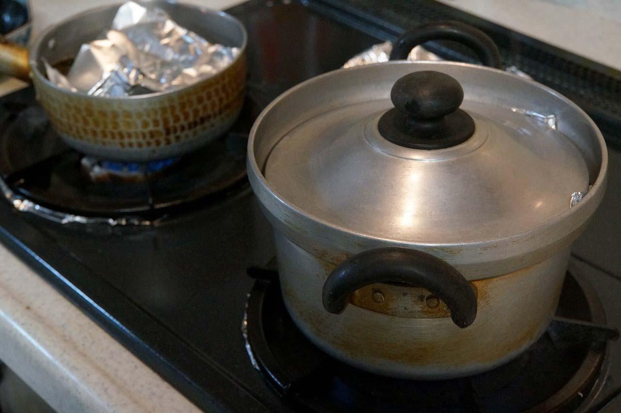 左にある小鍋でカレイに煮付けを作っているんだよ。ふふふ