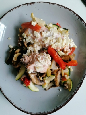 Rezept: Lachs mit Ofengemüse und Feta, glutenfrei