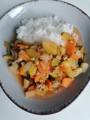 glutenfreie Zucchinipfanne mit Hackfleisch und Reis