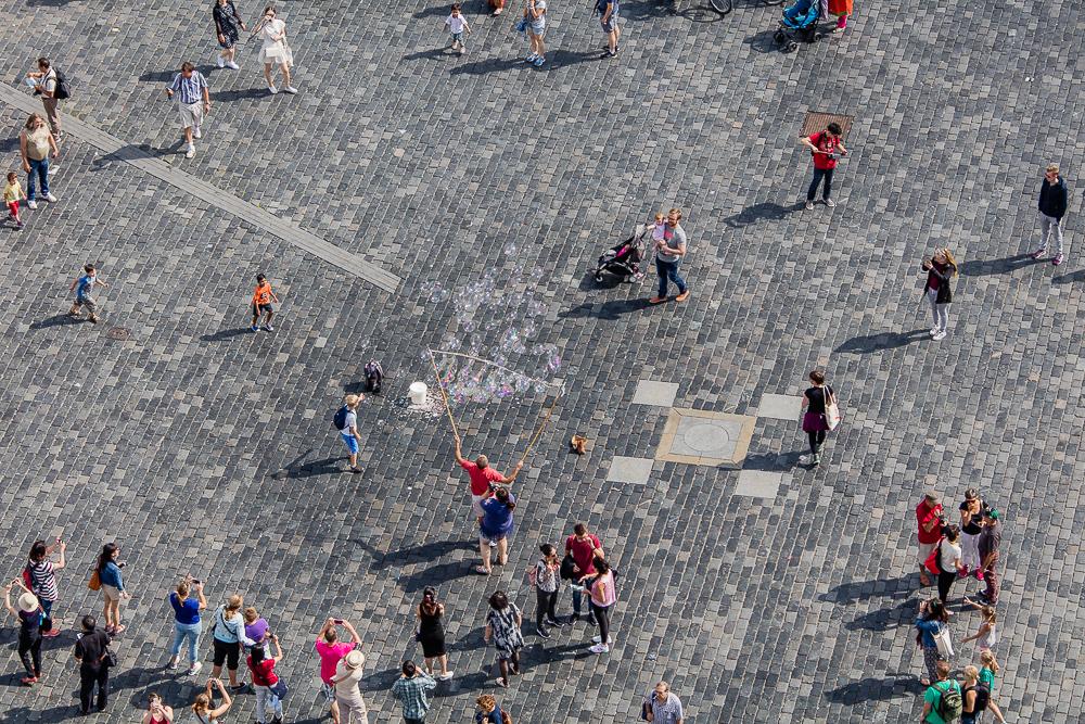 Straßenkünstler und Zuschauer auf dem Altstädter Ring in Prag