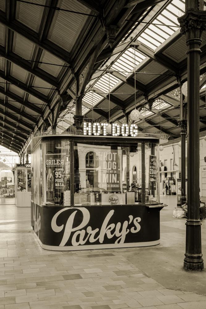 Nostalgischer Kiosk in Bahnhofshalle in Prag