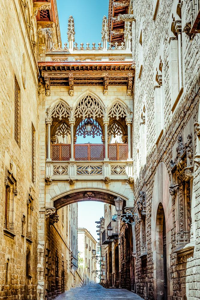 Neugotische Brücke über Carrer del Bisbe in Barcelona