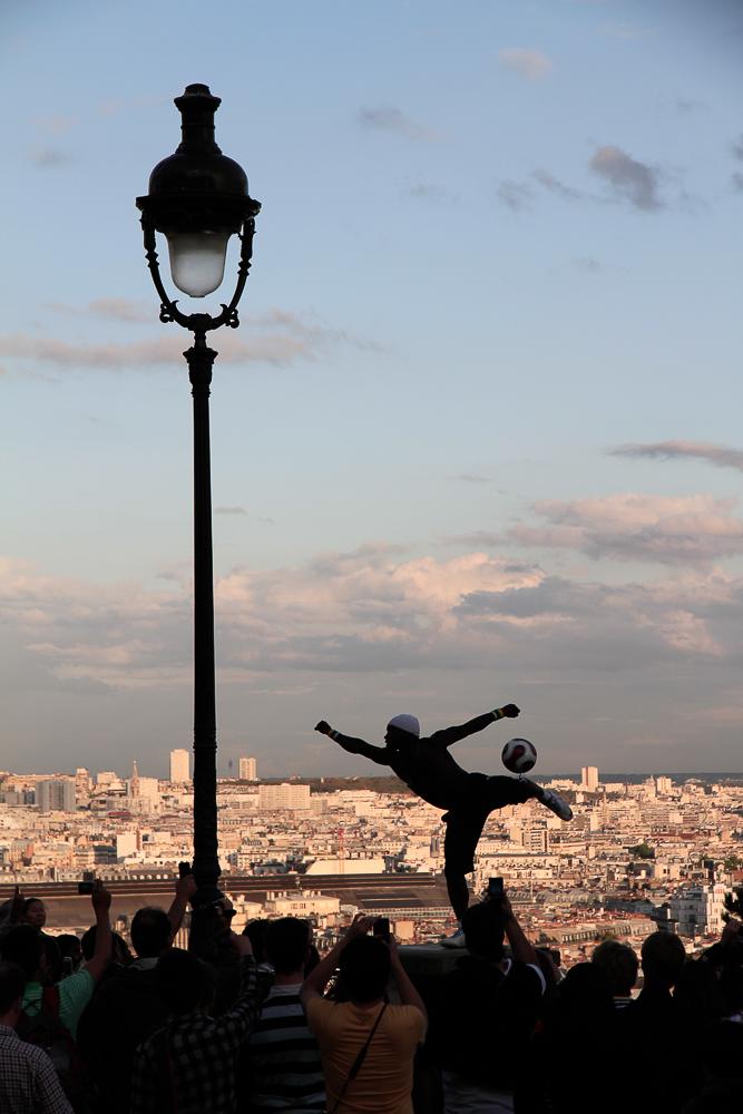 Ballakrobatik auf dem Vorplatz von Sacré-Coeur