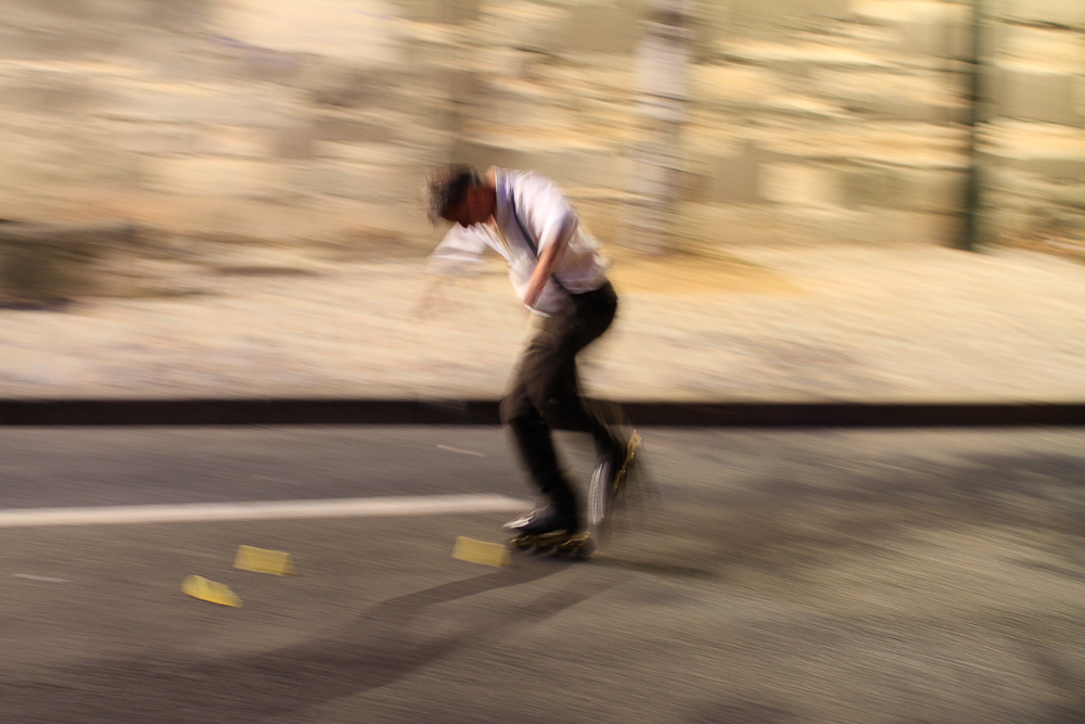 Skater abends am Seineufer in Paris