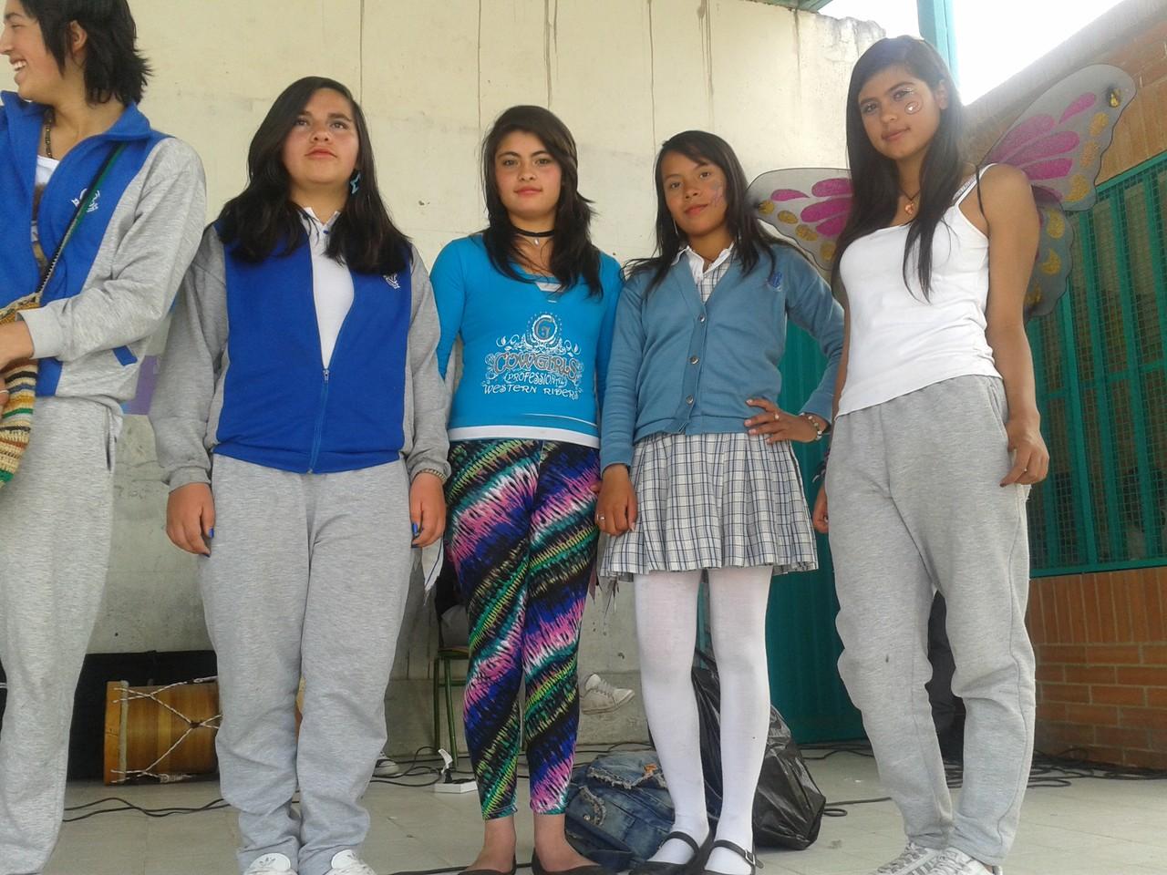 """Conmemoración a las coristas que representaron al colegio en: """" Canta, Bogotá Canta""""; izando bandera en el día de Ética y Religión."""