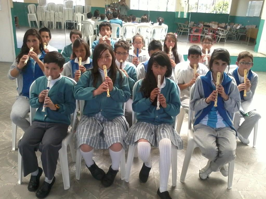 Ensayo del coro de flautas grados sextos J.M.; Conmemoración del 20 de Julio. 2012