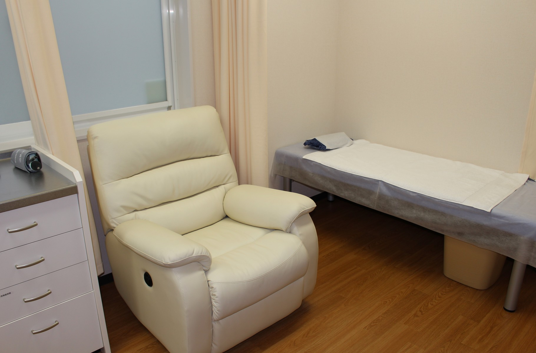 処置室のリクライニングソファーとベッド(点滴)