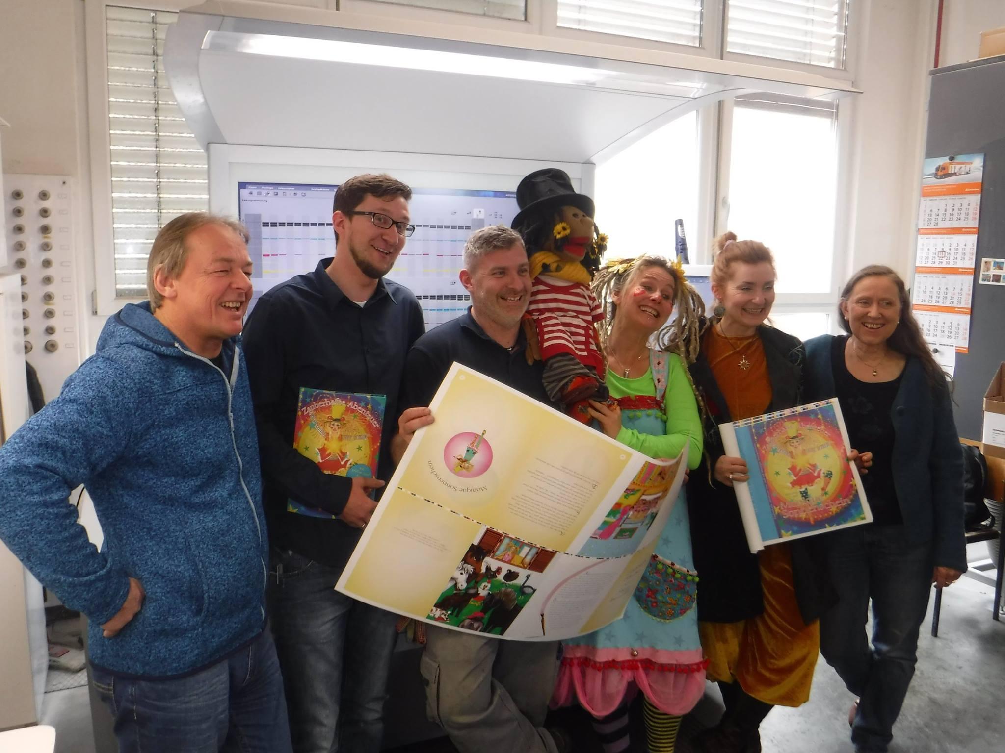 Jun. Chef Jörg Pustet. Mitarbeiter, Violetti Spaghetti, ich, Nana (die Illustratorin), Dorothea (die Lektorin)