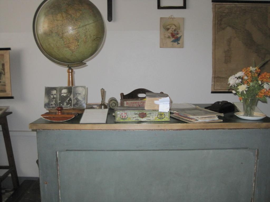 La cattedra di allora con gli strumenti del lavoro della maestra.