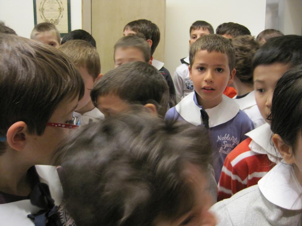 Colletto bianco e fiocco blu di ordinanza, gli alunni sono pronti a fare un salto nel passato.,