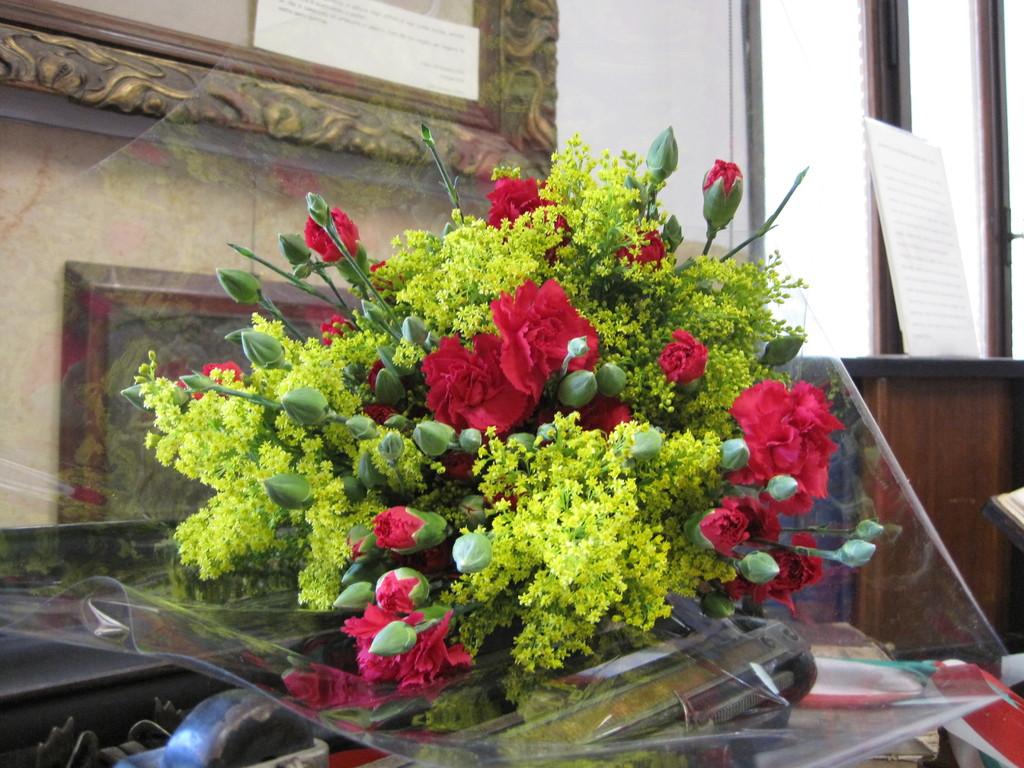 I fiori portati alla maestra, in segno di rispetto.