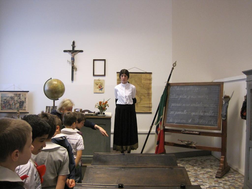 La maestra severa accoglie in aula i suoi alunni.